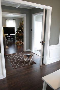 grey walls white trim wood floor LOVE THIS Wohnzimmer
