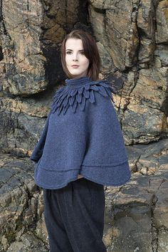The Raven poncho hand knitwear design by Alice Starmore from the book Glamourie Das Raven Poncho Handstrickdesign von Alice Starmore aus dem Buch Glamourie Hand Knitting, Knitting Patterns, Knitting Yarn, Stitch Patterns, The Raven, Handgestrickte Pullover, Collar Styles, Look Chic, Knitwear