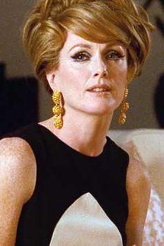 UN HOMBRE SOLTERO (un hombre soltero -  Christopher Isherwood). La actriz  julianne moore en un vestido de  Tom Ford -