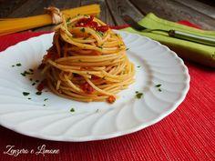 Gli spaghetti risottati sono una ricetta semplicissima. Il condimento a base di pomodori secchi ne fa un primo piatto molto saporito e appetitoso.