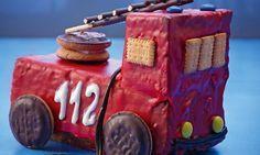 Feuerwehrauto - Für kleine und grosse Feuerwehrmänner! Darunter versteckt sich ein saftiger Aprikosen-Nuss-Kuchen.