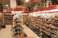 De winkel verkoopt veel verschillende schoenen binnen de assortimentgroep
