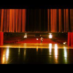 Ensayo del violinista Joan Plana antes del concierto en el Gran Teatro de Ningbo, Zhejiang.