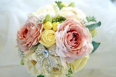 アートフラワー(造花)とジュエリーのブローチブーケ/プリュム・ブロッシュ -plume et broche-