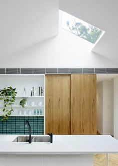 Skylight House by Downie North Architects: Castlecrag, NSW⠀ From the Architect: A discreet, robust and light-filled renovation of an… Design Loft, Roof Design, 3d Design, White Trim, Texture Seamless, Light Hardwood Floors, Bungalow Renovation, Cocinas Kitchen, Roof Architecture