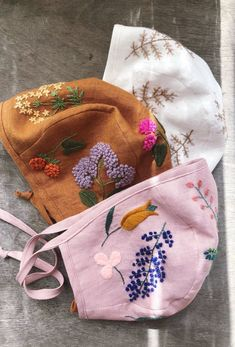 Handmade linen baby bonnets with hand embroidery. by MammaBearBabyBonnets : Handmade Organic Linen Embroidered Floral Baby Bonnets Beanie Babies, Baby Hats, Baby Beanies, Wool Embroidery, Embroidery Patterns, Hat Patterns, Embroidery Stitches, Little Kid Fashion, Kids Fashion