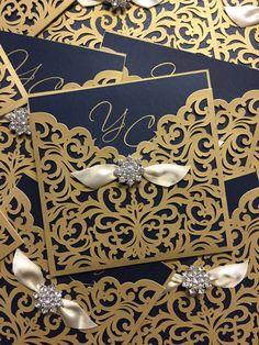 Invitaciones elegantes en dorado y azul marino. ¿Quieres saber cómo escoger tus invitaciones? Bodas.com.mx/ Foto: Invitaciones con Estilo