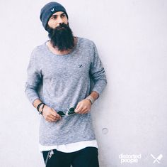 Distorted People Streetstyle : Blades Grey Melange Longsleeve, Blades White Oversize Tshirt, Blades Grey Beanie, combined with a black denim jeans