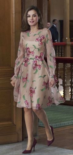 Queen Letizia of Spain demoed how to wear your spring dress for fall by pairing her floral frock with a pair of classic pumps rendered in a rich brown burgundy hue Casual Dresses, Fashion Dresses, Summer Dresses, Floral Frocks, Outfit Trends, Queen Letizia, Lovely Dresses, Royal Fashion, The Dress