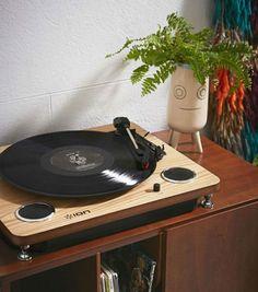 Ion a créé la platine tourne-disque Audio Max LP Wood. Avec son look vintage à souhait, ce tourne-disque ne manque pas de modernité. (130€)