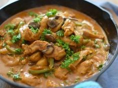 Prepara esta sencilla receta de pollo al Strogonoff, una salsa cremosa acompañada de champiñones y cebolla, tradicional de Rusia. Preparación1. ESPOLVOREA el pollo con el polvo de ajo, sal y pimienta.2. COLOCA la mantequilla en una sartén y fríe el pollo hasta que comience a dorarse.3. AÑADE las verduras picadas y cuece por 5 minutos.