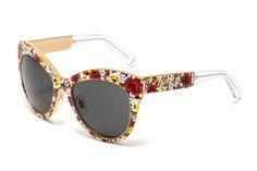 Cea mai interesantă și luxoasă pereche de ochelari a colecției este cea acoperită cu mozaicul floral aproape în întregime - DG2136, creată cu aproximativ 1000 microplăci care înfrumusețează cadrul frontal și brațele. Această Ediție Limitată este un model cu adevărat unic și un tribut adus temelor florale. Compoziția micro mozaic recreează diferite tipuri de flori : panseluțe romantice de culoare roșie, zăpada albă plumeria și delicatele nuanțe de gerbera roz și liliac.