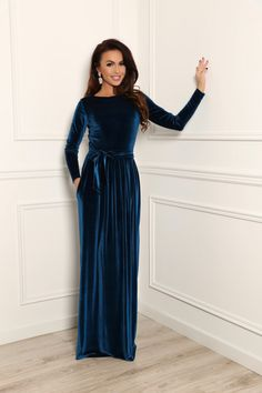 Say hello to the perfect winter bridesmaid dress by Désir Couture. Here are 5 reasons they rock my world! Velvet is warm for winter, feels luxurious but comfortable to wear and very forgiving of our lady lumps (major bonus when you're dressing all shapes and sizes!)