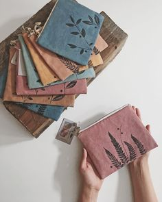 Making zero waste pouches with fabric remnants — kaliko Fabric Remnants, Fabric Scraps, Embroidery Bags, Embroidery Patterns, Reuse Fabric, Recycled Fabric, Sewing Crafts, Sewing Projects, Wood Projects