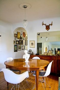 I just like this. I don't know why. ...But I did just pick up a giant cow skull at the Lambertville, NJ, flea market! Vintage Modern, Mid-century Modern, Dining Room Design, Dining Area, Small Dining, House Contemporary, Piece A Vivre, Modern Chairs, Room Inspiration