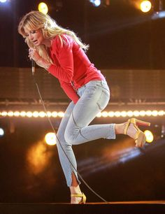 Faith Hill sings one of her hits during CMA Music Festival in Nashville on June Photo Credit: Ed Rode Country Love Songs, Country Music Stars, Country Girls, Country Musicians, Country Music Singers, American Idol, American Singers, Cma Music Festival, Tim And Faith