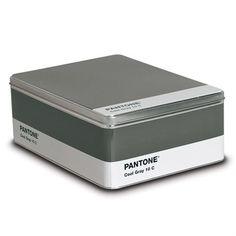 De Pantone metalen box van Seletti is een multifunctionele opbergbox. Of er nu koekjes, belangrijke papieren, foto's of kaarten in bewaard worden, het kan allemaal. De metalen box van Seletti is uitgevoerd in een prachtige Pantone kleur.