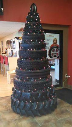 faire un sapin de Noel en pneus, avec les guirlandes lumineuses ! On adore :-)