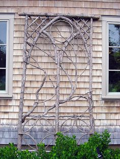 Garden Projects using Sticks and Twigs : Garden Projects using Sticks & Twigs Creative garden features you can DIY for free using twigs, sticks, and branches. Ideas include trellises and plant supports as well as garden artwork Diy Trellis, Garden Trellis, Trellis Ideas, Rose Trellis, Lattice Garden, Diy Garden Projects, Garden Crafts, Wood Projects, Cerca Natural