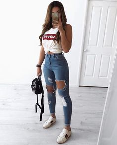 30 Jeans Tendance Qui Vont Vous Faire Craquer 30 Trendy Jeans That Will Make You Crack Outfit Jeans, Jeans Shoes, Cute Ripped Jeans Outfit, Ripped Jeans For Girls, Light Jeans Outfit, Ripped Jeans Look, Mom Jeans, Jeans Outfit Summer, Comfy Outfit