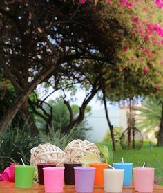 Línea Primavera (Los Votivos Americanos): con una variedad de colores y sus fabulosas fragancias hacen de esos momentos especiales un ambiente agradable e íntimo ya que puedes utilizarlos en cualquier lugar que desees.