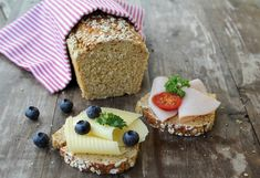Heihei! På utkikk etter eit saftig, smakfullt brød med sprø skorpe? Da kan eg anbefale dette proteinrike havrebrødet! Ingen elting eller heving, du rører kun sammen ingrediensene, så lager det seg sjølv i ovnen. Brødet er veldig næringsrikt, inneholder masse proteiner, langsomme karbohydrater og fiber. Det smaker like godt med pålegg til frukost, lunsj eller … Bread Recipes, Cooking Recipes, Lunch Wraps, Norwegian Food, No Bake Treats, Diabetes, Bakery, Cheesecake, Food And Drink