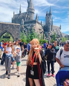 BLACKPINK's Rosé was recently dressed up like a wizard from Harry Potter at Universal Studios where she enjoyed her vacation. Kim Jennie, Universal Studios, Kpop Girl Groups, Korean Girl Groups, K Pop, Foto Rose, Harry Potter, Rose Park, Black Pink Kpop