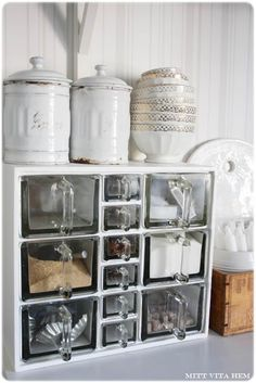 Storage box cuboard with large and small glass storage jugs making a couple for my new kitchen Bar Interior Design, Interior Design Living Room, Kitchen Pantry, Kitchen Dining, Deco Boheme, Kitchen Stories, Shabby Vintage, Beautiful Kitchens, Kitchen Accessories