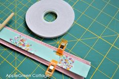 See how to make diy purse handles. Prettier, sturdier, and so easy you'll never want to sew them any other way! Patchwork Bags, Quilted Bag, Fabric Tote Bags, Sew Bags, Bags Sewing, Fabric Basket, Sewing Aprons, Diy Purse Handles, Bag Patterns To Sew