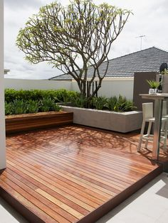 terrassen ideen garten holzboden betonmauer hecken pflanzen baum