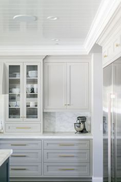 White and grey kitchen cabinets with brass hardware. Home design decor inspiration ideas. White and grey kitchen cabinets with brass hardware. Home design decor inspiration ideas. Light Gray Cabinets, Grey Kitchen Cabinets, Painting Kitchen Cabinets, Kitchen Grey, White Cabinets, Upper Cabinets, Glass Cabinets, Brass Kitchen, Light Grey Kitchens