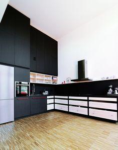 Altes Lokdepot Berlin, Küche, black kitchen, schwarz, red, rot, Valchromat, Kiefer, Pine