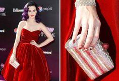 Katy Perry sempre monta visuais divertidos e diferentes. Que tal se inspirar na cantora e ir à festa com uma clutch com formato inusitado.