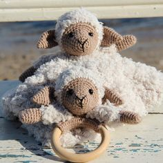 Pattern from Go Handmade. Crochet the super cute sheep Chanel on a cosy blanket or on a wooden ring for the little one to play with. Crochet hook: size - mm (for the blanket). Giraffe Crochet, Crochet Teddy, Knit Or Crochet, Crochet Patterns Amigurumi, Crochet For Kids, Crochet Animals, Crochet Toys, Chanel, Crochet Rings