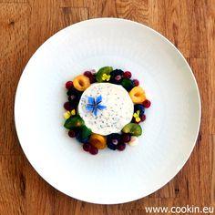 Mohn-Marzipan-Panna Cotta mit spätsommerlichen Früchten, Pflaumen-Gel und Mandel-Creme