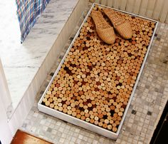 Alfombras de baño con tapones de corcho (Bathroom pillows with rugs made from cork) I love the middle one. Wine Cork Projects, Wine Cork Crafts, Diy Projects, Upcycling Projects, Recycled Wine Corks, Recycled Bottles, Recycled Glass, Recycled Materials, Cork Art