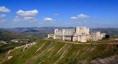 Fortaleza de Saladino, Síria. É um dos castelos mais bem preservados do tempos da Cruzada. Foi erguido entre os séculos XII e XIII pela Ordem de São João de Jerusalém. A guerra afasta os turistas do local.