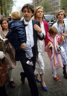 Paul McCartney and wife Linda McCartney with daughters and sons at Rags Club Mayfair for Ringo Starr and Barbara Bach Wedding Reception Get premium, high resolution news photos at Getty Images Beatles Love, Les Beatles, Beatles Photos, Paul Mccartney Beatles, Paul Mccartney And Wings, Rock And Roll, John Lenon, Sir Paul, John Paul