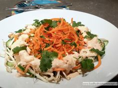 Bijzondere subtiele smaken in deze Thaise wortel taugésalade door de zachte romige kokos-gemberdressing en garnering van de verse koriander.