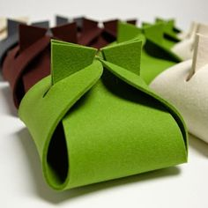simple and pretty felt + favor boxes cute gift packaging for small presents or jewellery or for craft sales Gift Packaging, Packaging Design, Craft Gifts, Diy Gifts, Felt Gifts, Felt Diy, Favor Boxes, Gift Bags, Envelopes