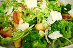 Gnocchi worden al sinds de tijd van de Romeinen in Italië geserveerd. Zoals met veel Italiaanse recepten, verschilt de samenstelling van streek tot streek. Aardappelgnocchi zijn vooral populair in de Abruzzen, Veneto en Ciociaria. Jeroen serveert ze met een frisse broccolipesto en rucola.