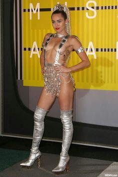 """WENN.com  人気歌手マイリー・サイラス(22)が、ホストを務めた「MTV Video Music Awards」の授賞式のレッドカーペットに、放送禁止ギリギリの衣装で登場。胸もお尻もほぼまる見えのディテールをチェック。  これまでさんざん騒動を起こしてきたVMAに、はじめてホストとして登場したマイリー。もちろん、普通にこなす気などまるでナシ!? レッドカーペットの衣装から、""""マイリーらしさ""""全開の出で立ちで、マイリー旋風を巻き起こした。"""