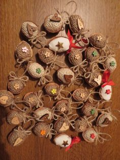 Ozdobičky ze skořápek Walnut Shell Crafts, Pine Cones, Christmas Wreaths, Holiday Decor, Christmas Art, Xmas, Decorations, Christmas Garlands, Holiday Burlap Wreath