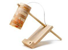 Lampka biurowa ananas. Pięknie usłojona i wykonana ręcznie z najwyższą starannością. W całości wykonana z drewna. http://gotowewnetrza.pl/sklep/ananas-lampka/