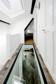 Utilizar piso de vidro para corredores estreitos ajuda a iluminar a casa e economizar Interior Stairs, Home Interior Design, Interior Architecture, Casa Retro, Victoria House, Casa Loft, Compact House, Glass Floor, Roof Light