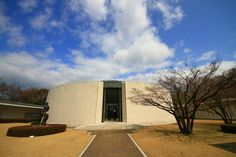 Hiroshima Museum of Art, a nonprofit organization, was established in 1978 by Hiroshima Bank in commemoration of the 100th anniversary of its foundation. On November 3 of the same year, the Museum was formally opened in a specially designed building at one end of Central Park, located in the heart of Hiroshima City 【ひろしま美術館】広島市中区