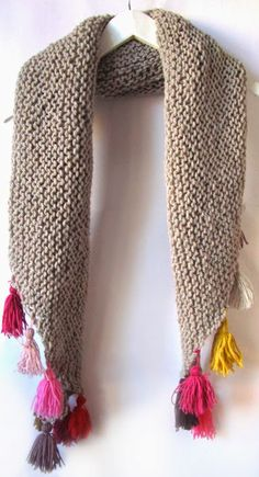 elcuadernodeideas: triangular shawl with colored tassels Knitted Shawls, Crochet Scarves, Crochet Shawl, Crochet Yarn, Loom Knitting, Hand Knitting, Knitting Patterns, Crochet Patterns, Hand Knit Scarf
