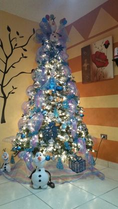 Going to decorate the little white tree with Frozen theme for Mila