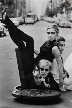Burt Glinn's portrait of Andy Warhol, Edie Sedgwick and Chuck Wein 1965 by Helmut Newton Edie Sedgwick, Helmut Newton, Robert Mapplethorpe, Arte Pop, Film Noir Fotografie, Pop Art, Art Photography, Fashion Photography, Andy Warhol Photography