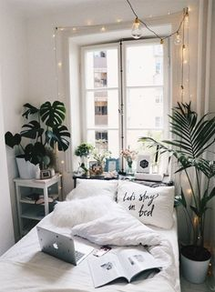 20 Small Bedroom Design Ideas You Must See Some people like a minimalist approach, while others have bedroom ideas that are quite extravagant. Take look the 20 Small Bedroom Design Ideas. Dream Rooms, Dream Bedroom, Pretty Bedroom, Bedroom Apartment, Home Bedroom, Cozy Apartment, Teen Bedroom, Modern Bedroom, Apartment Plants